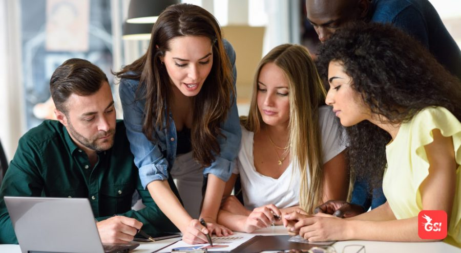 Grupo de estudantes discutindo um projeto de College