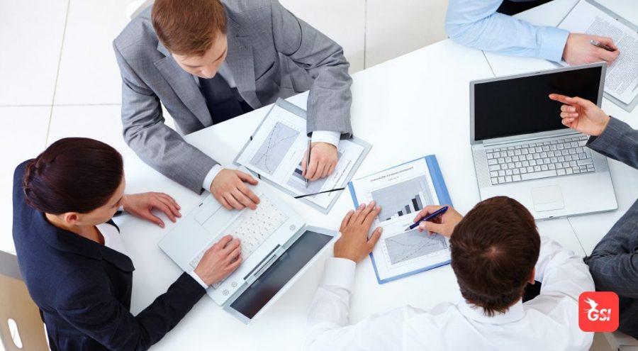 Funcionário discutindo durante uma reunião