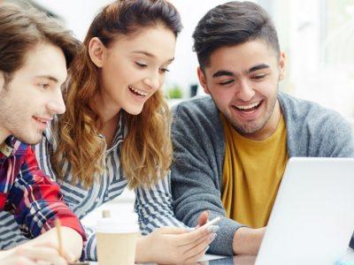 Estudantes discutindo sobre projeto de College