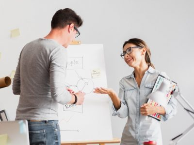 Dupla de colegas de trabalho discutindo sobre um projeto